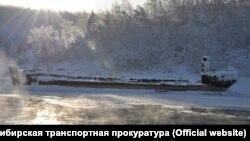 Затонувший в Иркутском водохранилище нефтеперевозчик
