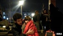 Pamje të banorëve derisa dalin nga shtëpitë e tyre pas tërmetit në Iran