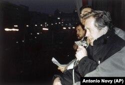 Вацлаў Гавэл выступае на мітынгу на Вацлаўскай плошчы, Прага, 21 лістапада 1989