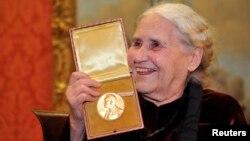 Böyük Britaniya - Doris Lessing Nobel mükafatı ilə Londonda, 30 yanvar, 2008