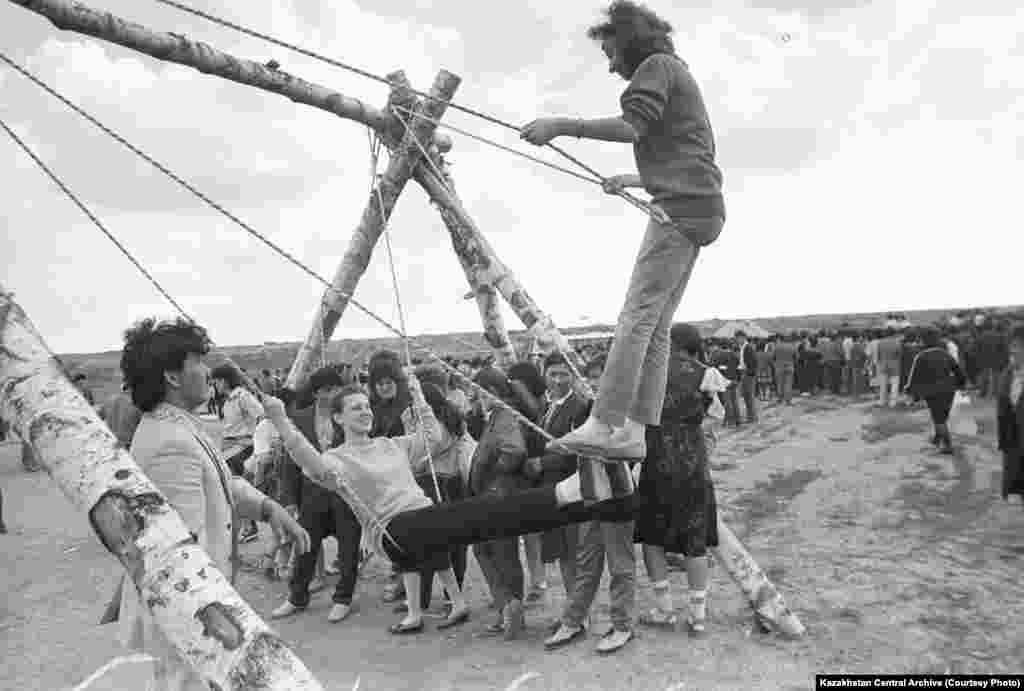 Караганда, 1988 год. Автор съемки: В. Петухов. Национальная казахская игра «Алтыбакан».