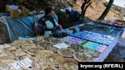 Продавец сувениров у дороги на Чуфут-Кале
