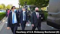 România - Ambasadorul SUA la București, Adrian Zuckerman (dreapta), președintele Ford România, Ian Pearson (centru) și premierul Ludovic Orban (stânga)