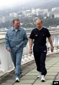 Preşedinţii Vladimir Putin şi Leonid Kucima la Ialta, 1 mai 2003