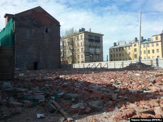 """Остатки снесенного дома в стиле модерн напротив фабрики """"Красное знамя"""""""