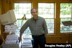 فیلیپ راث در دفتر کارش در خانه، ۲۰۰۵