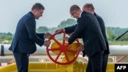 Премьер-министры Словакии и Украины Роберт Фицо и Арсений Яценюк вместе с представителем Еврокомиссии Клаусом-Дитером Борхардтом открывают участок газопровода на словацко-украинской границе