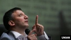 Андрій Слюсарчук, на той час іще «професор» і «доктор медичних наук», «відтворює надвеликі обсяги інформації», фото 17 червня 2009 року