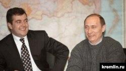 Дмитрий Медведев и Владимир Путин 26 марта 2000 года, на второй день после победы Путина на президентских выборах. Kremlin.ru МОСКВА. На пресс-конференции в предвыборном штабе в ночь после окончания процесса голосования