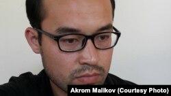 Интернетда эълон қилган мақолалари ортидан 2016 йилнинг 22 июлида қамоққа олинган Акром Маликов.