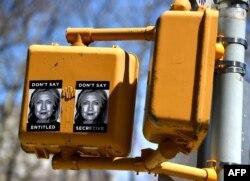 Листовки с критикой Хиллари Клинтон расклеены в Нью-Йорке