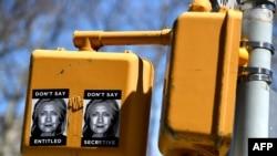 Нью-Йорк. Плакаты против Хиллари Клинтон на одном из светофоров