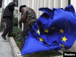 Auroskeptični aktivisti skinuli su zastavu EU sa jedne od zgrada u Zagrebu, 9. prosinac 2011.