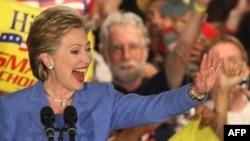 هیلاری کلینتون هنوز می گوید که شانس او برای شکست دادن رقیب جمهوریخواهش جان مک کین در انتخابات اصلی ریاست جمهوری بیشتر از باراک اوباماست. (عکس: AFP)