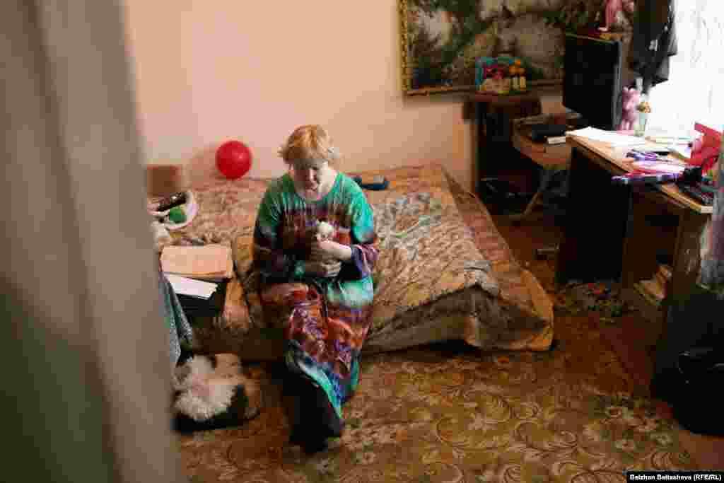 Маргарита Фазлиева посреди спальни.