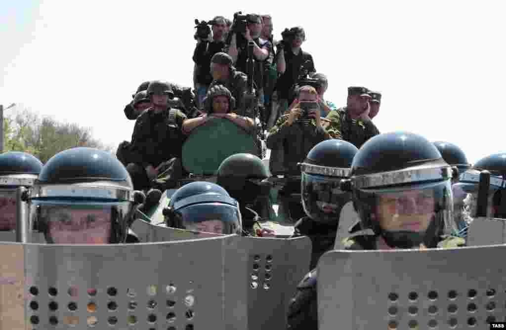 «Когда мы пришли к «границе», увидели «живой щит» людей в военной форме, и они уже не пускали нас дальше. У них в то время не было формы с опознавательными знаками, к тому же Россия открещивалась, что на полуострове присутствуют российские военные. Они просто говорили, что проход и проезд закрыт. С одной стороны стояли наши соотечественники, с другой стороны находились эти военные»,– вспоминает Османов
