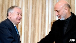 Afghan President Hamid Karzai (right) meets with his Polish counterpart Lech Kaczynski in Kabul.