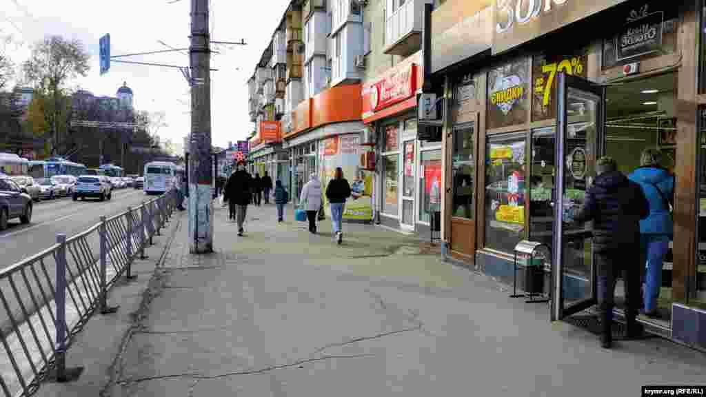 Перемещаемся на проспект Кирова. И здесь наблюдаем множество магазинов