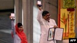 Малале Юсафзай и Кайлаш Сатъяртхи на вручении Нобелевской премии мира. Осло, 10 декабря 2014 года.