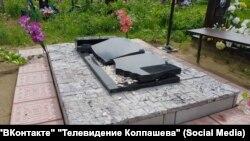 Разрушенная могила в Колпашеве после урагана 23 июня, иллюстративное фото