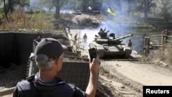 Наблюдатель ОБСЕ проводит мониторинг вывода войск в Луганской области Украины, 5 октября 2015 года.