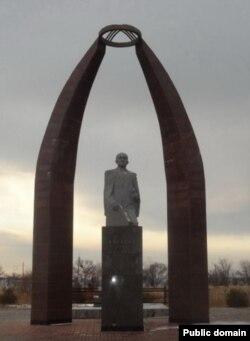 Кусейин Карасаевдин (1901 - 1998) Караколдогу мүрзөсүнүн жанындагы айкели.