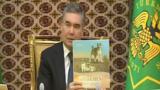 Türkmen prezidenti Gurbanguly Berdimuhamedow täze kitabyny görkezýär. 13-nji sentýabr, 2019.