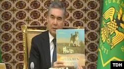 Türkmenistanyň prezidenti Gurbanguly Berdimuhamedow hökümet mejlisinde täze kitabyny görkezýär. 13-nji sentýabr, 2019.
