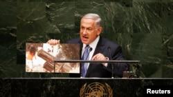 نتانیاهو در جریان سخنرانی خود عکسی را نشان داد که سه کودک فلسطینی را نشان میدهد که در کنار سکوی پرتاب موشک حماس در حال بازی هستند.