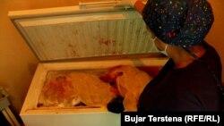Një infermiere duke shikuar një frigorifer të mbushur me placenta.