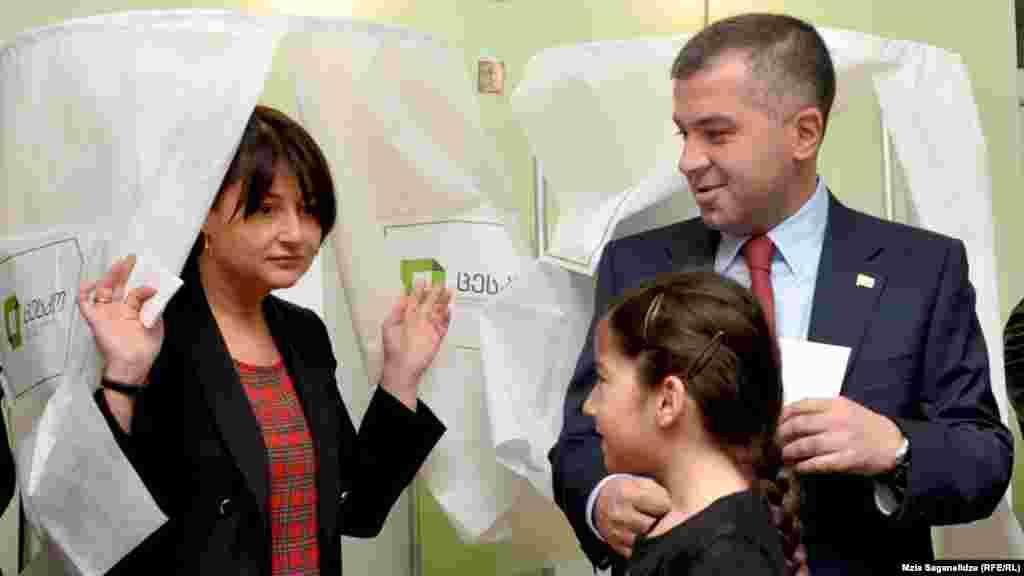 პრეზიდენტობის კანდიდატი დავით ბაქრაძე საარჩევნო უბანზე ოჯახის წევრებთან ერთად მივიდა.