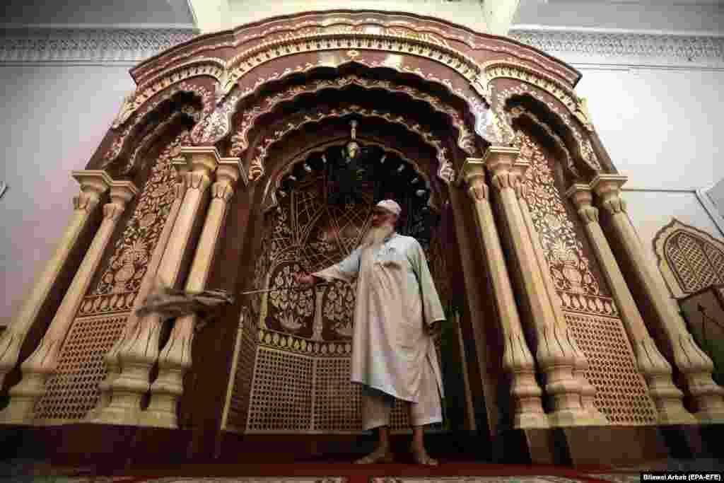 Мужчына чысьціць мячэць перад святым для мусульманаў месяцам паста Рамадан у Пэшавар, Пакістан