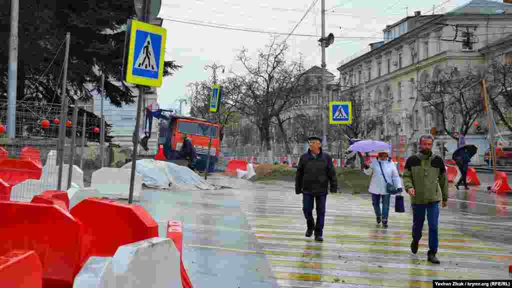 На вулиці Велика Морська продовжується ремонт