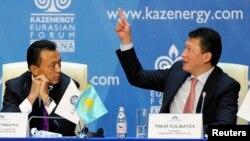 Тимур Кулибаев (справа), зять Назарбаева. Слева — Сауат Мынбаев в бытность министром нефти. OCCRP писал, что Мынбаев стоит за Meridian'ом, у которой контролируемый Кулибаевым офшор купил в 2011-м акции аэропорта Алматы. Через 10 лет аэропорт продали турецкому холдингу.