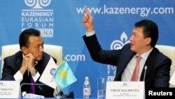Сауат Мынбаев (слева), в ту пору министр нефти и газа Казахстана, слушает Тимура Кулибаева, председателя ассоциации Kazenergy, на ежегодной конференции Kazenergy в Астане 4 октября 2011 года.