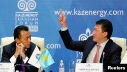 Тимур Кулибаев (справа), глава ассоциации Kazenergy, зять Нурсултана Назарбаева. Слева — Сауат Мынбаев в бытность министром нефти и газа. Астана, ноябрь 2011 года. Центр по исследованию коррупции и организованной преступности (OCCRP) писал, что Мынбаев стоит за компанией Meridian Capital, у которой в 2011 году контролируемая Кулибаевым компания выкупила часть акций алматинского аэропорта.