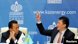 Сауат Мынбаев в бытность министром энергетики и Тимур Кулибаев, зять бывшего президента Казахстана, глава ассоциации Kazenergy. Астана, 4 октября 2011 года. OCCRP считает, что за Мынбаевым и родственником Кулибаева могли следить с помощью шпионской программы Pegasus.