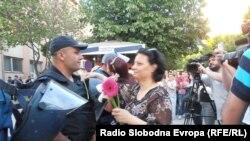 Цвеќи и бакнежи за кумановските полицајци