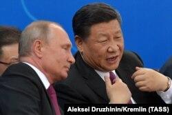 Председатель КНР Си Цзиньпин и президент России Владимир Путин на переговорах в Тяньцзине (КНР), июнь 2018 года