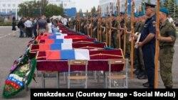 Під час похорону жертв трагедії в Омську, фото: omskzdes.ru