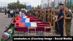 В Омске состоялись первые похороны погибших военнослужащих при обрушении казармы, 15 июля 2015