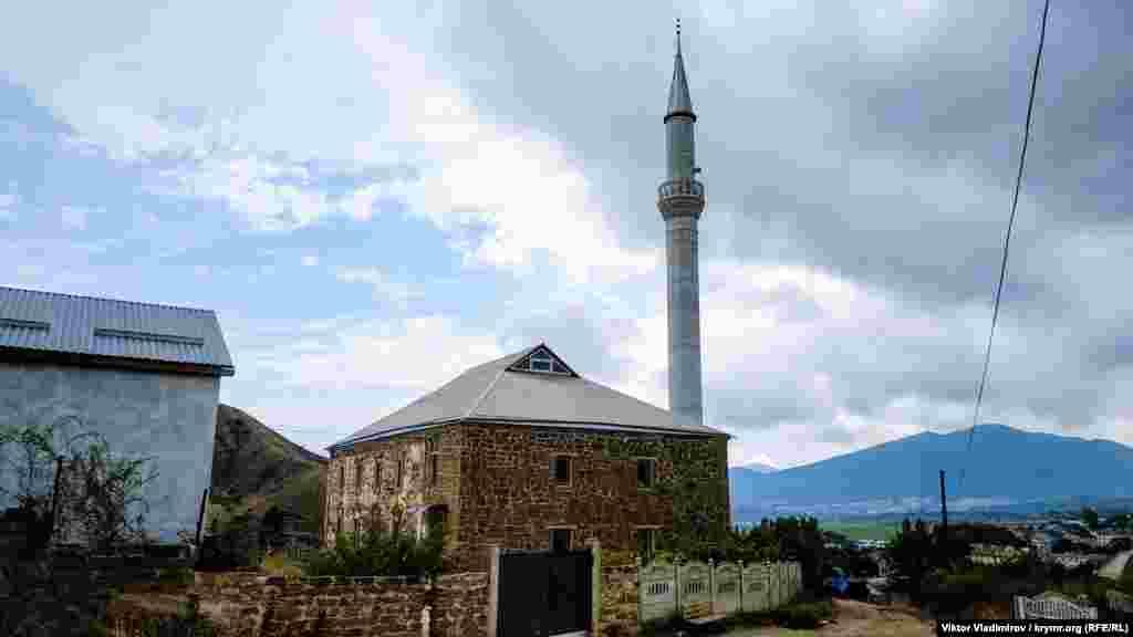 Cami eki dülber dağ – Baqataş ve Taraqtaş – arasında yerleşti