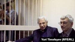 """Руководитель центра """"Мемориал"""" Олег Орлов (справа) и его адвокат Генри Резник в суде"""