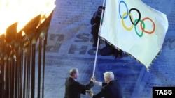 Мэр Рио Эдуардо Паэс (слева) и президент Международного олимпийского комитета Жак Рогге (справа). Лондон, 12 августа 2012 года.