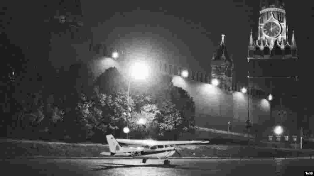1987 елда Кызыл мәйданда Cessna 172 очкычы