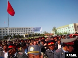 Милиция кызматкерлеринин нааразылык акциясы, Ош шаары, 19-апрель, 2010-жыл