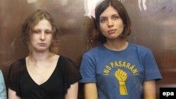 Участницы группы Pussy Riot Мария Алехина и Надежда Толоконникова на скамье подсудимых. Москва, 17 августа 2012 года.