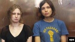 Мария Алехина (слева) и Надежда Толоконникова в Хамовническом суде Москвы. 17 августа 2012 года.