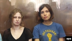 участницы группы Pussy Riot Мария Алехина (слева) и Надежда Толоконникова в Хамовническом суде Москвы. 17 августа 2012 года.
