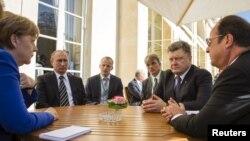 Канцлер Германии Ангела Меркель (слева), президент России Владимир Путин (второй слева), президент Украины Петр Порошенко (второй справа) и президент Франции Франсуа Олланд (справа) на встрече лидеров «нормандской четверки». Париж, 2 октября 2015 года.